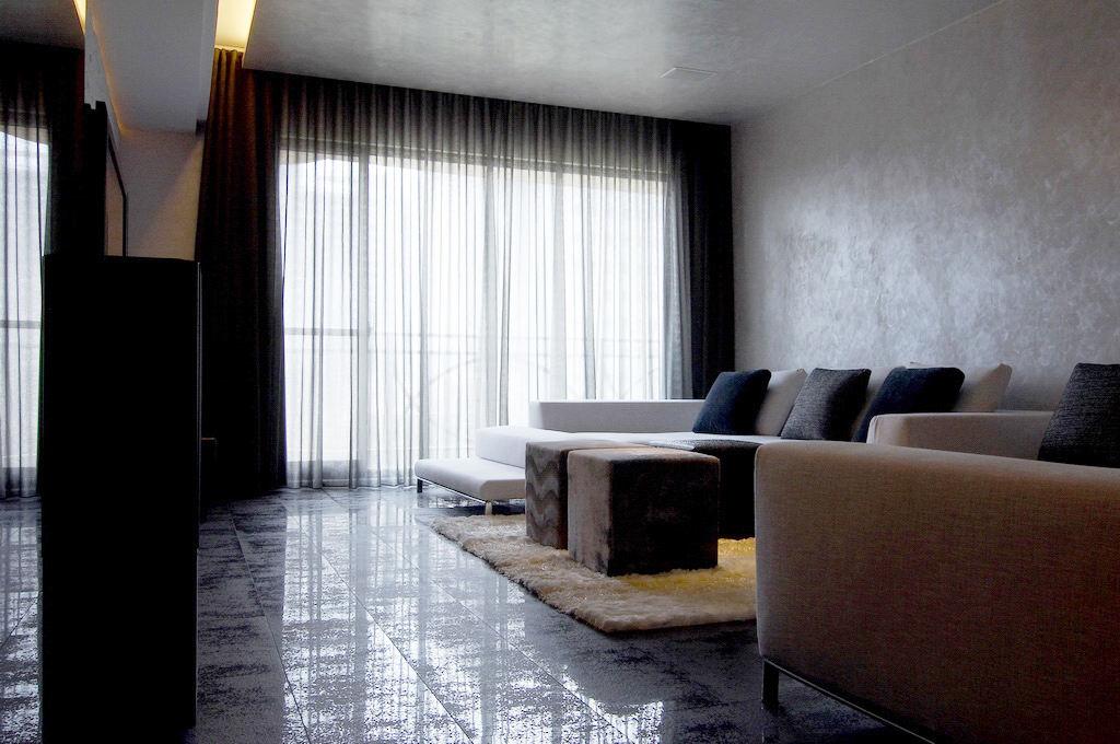 时尚简约风客厅 深色系窗帘效果图