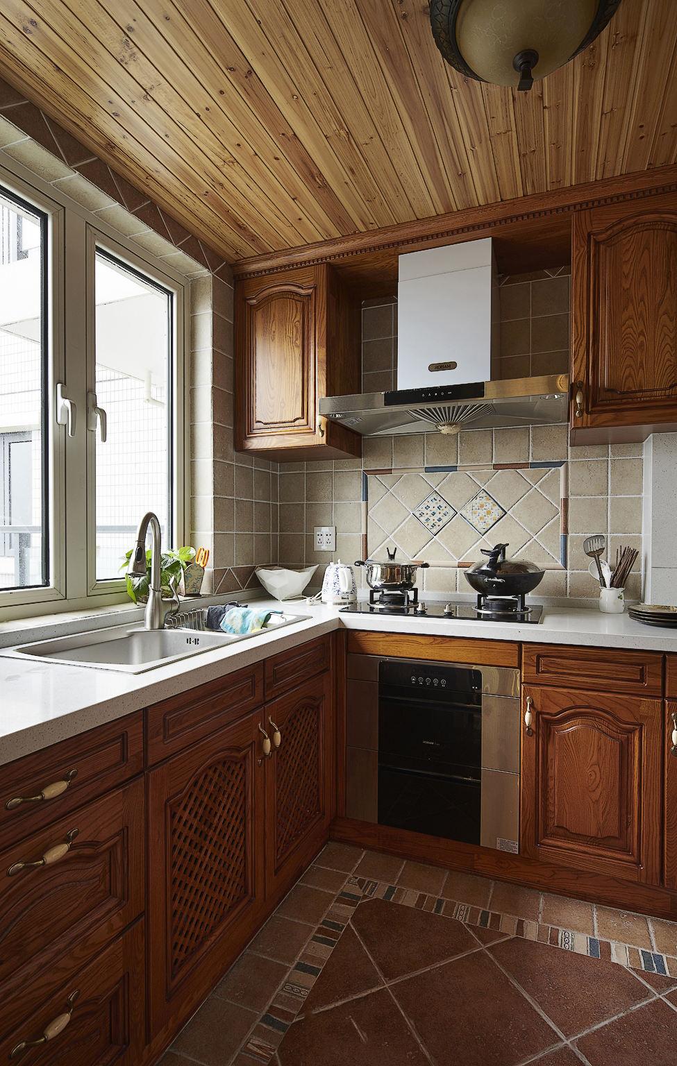 休闲复古美式设计厨房实木橱柜欣赏