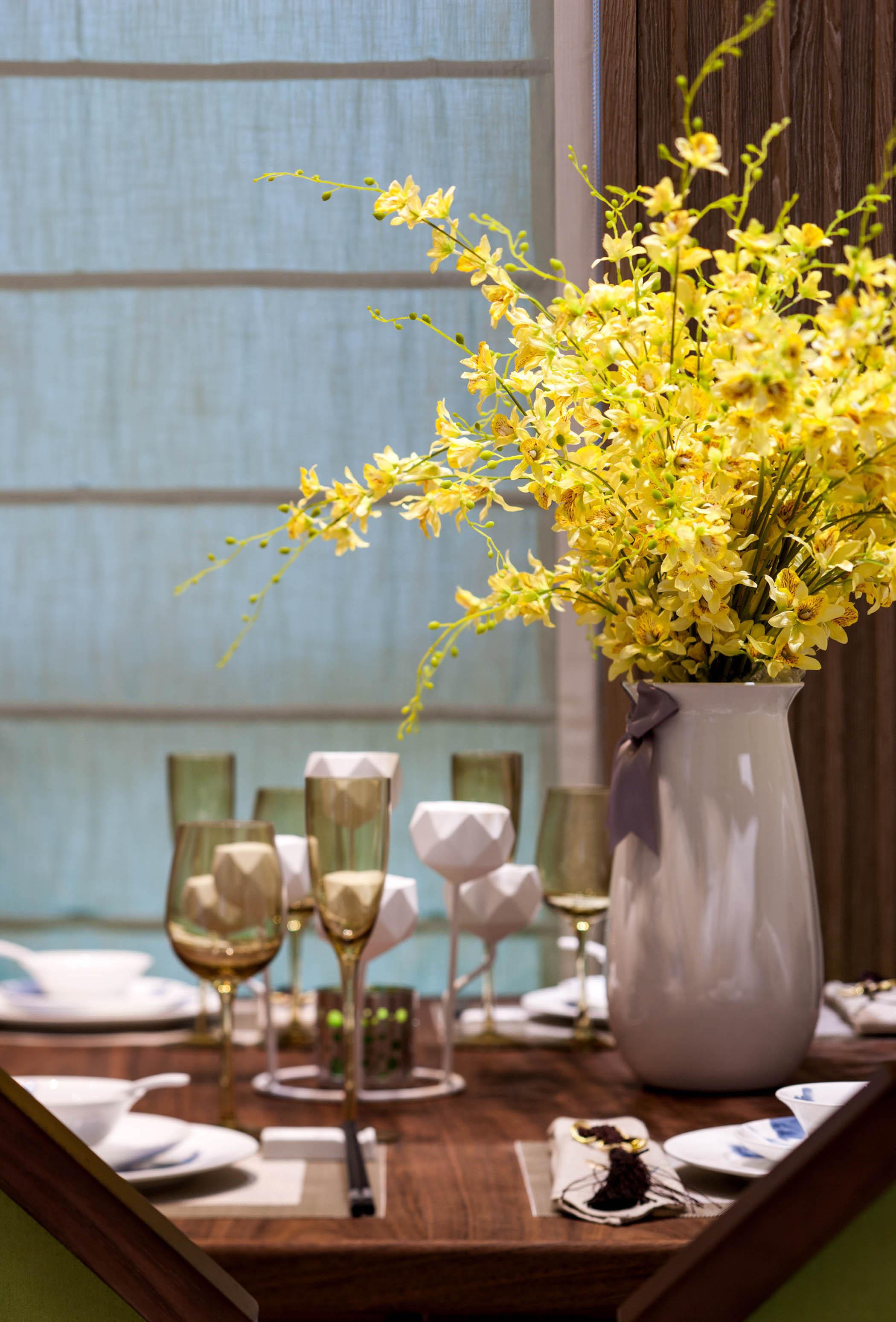 95平现代中式家装修餐具摆件