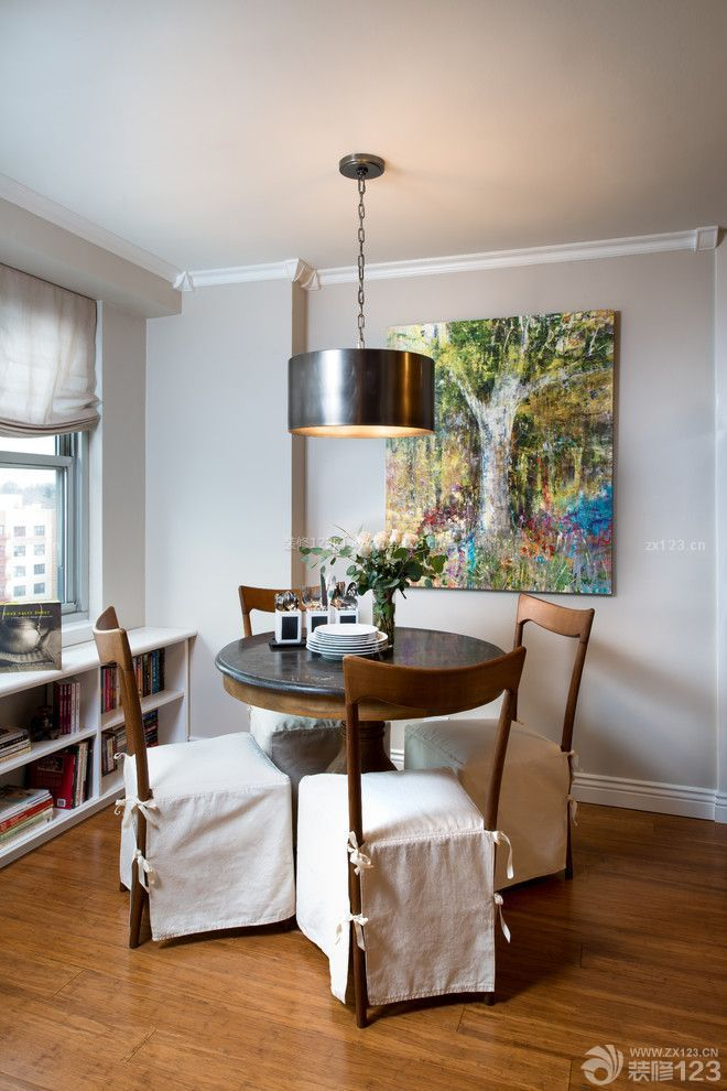 老年公寓餐厅圆餐桌摆放实景图