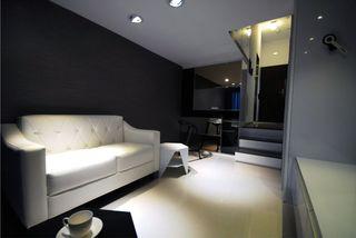 简约小跃层客厅 黑色沙发背景墙欣赏