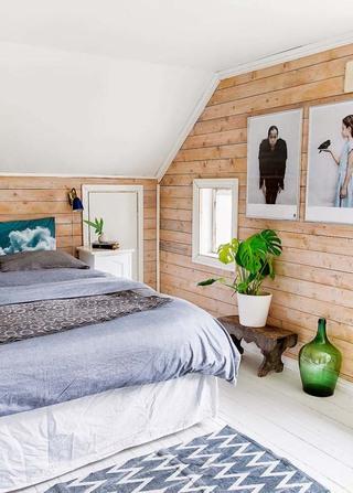 时尚简约北欧阁楼卧室实木背景墙设计