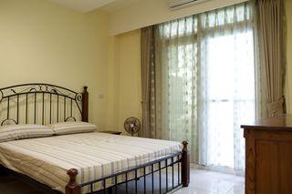 现代家庭卧室黄色背景墙装饰
