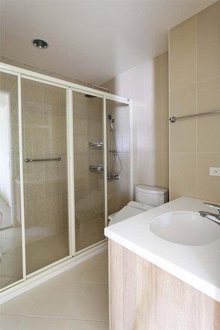家装时尚简约卫生间玻璃推拉门隔断装饰图