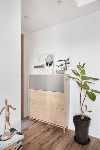 89平清新北欧三居装修玄关柜设计图