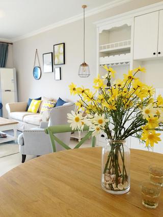 北欧三居空间餐桌花瓶装饰